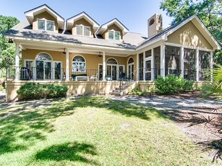 Lovely Vanderhorst Plantation home with great golf course & lagoon views!