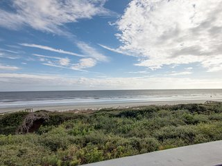 Third floor villa w/ beautiful floors & ocean view  – just steps from the beach!
