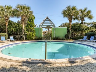 Cozy dog-friendly townhome with shared pool and beach access