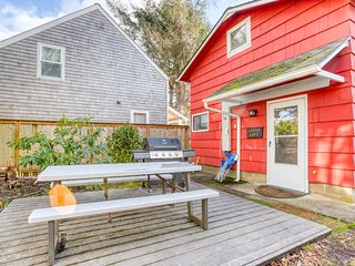 Sunny beach loft w/ ocean views, private grill, full kitchen - walk to beach!