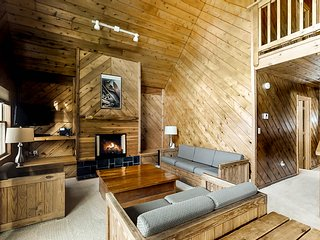 Lovely ski-view chalet with deck, cozy fireplace, close to slopes