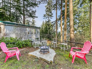 Ocean view home w/ deck, firepit, water views of Puget Sound - walk to beach!