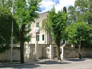 Split Apartment Sleeps 8 with Air Con - 5461544