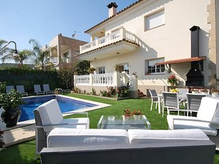 Lloret de Mar Villa Sleeps 8 with Pool and Free WiFi - 5509028