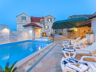 Skrip Holiday Home Sleeps 8 with Pool Air Con and WiFi - 5801804