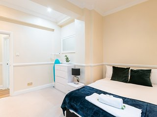 Amazing Two Bed moments from St Pauls Cathedral A3