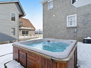 Dog-friendly townhouse w/ a private hot tub & dry sauna - close to skiing!