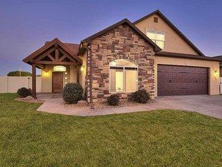 ♡BlackBear IV - Large luxury home w/ garage, big yard, 2 master bedrms, pets ok