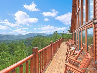 Luxury log cabin w/ amazing mountain views & a private hot tub