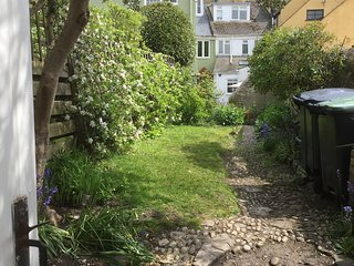 Lyme Regis, holiday Cottage, 50m from sea, garden, dogs allowed, grade Il listed