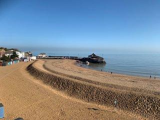 Sea Glimpses, Broadstairs sleeps 8 near beach with parking