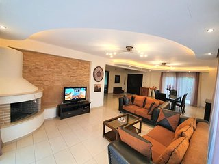 Beautiful classic 4-bedroom villa with private pool near Crowne Plaza