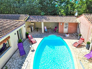 Awesome home in Tarascon w/ WiFi, Outdoor swimming pool and 5 Bedrooms (FPB400)