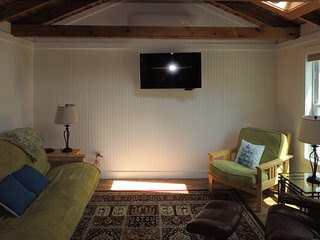 Lovely cottage w/ cable TV, community pool & hot tub - walk to beach, dogs ok!