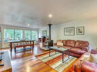 NEW LISTING! Family & dog friendly home w/ WiFi, fire pit & golf course front!