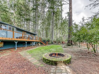NEW LISTING! Dog-friendly family home w/ free WiFi/ fire pit/ golf course front!
