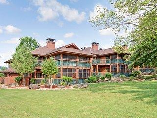 Cozy One Bedroom w/ Resort Indoor & Outdoor Pools, Golf Course & More!
