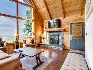 Secluded log cabin w/ a private hot tub, foosball, & amazing mountain views!