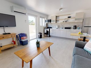 Modern Apt - King Size Bed - Full Kitchen - 3min from Palm Beach
