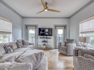 Gorgeous dog-friendly house w/ lake views & private gas grill - walk to the Gulf