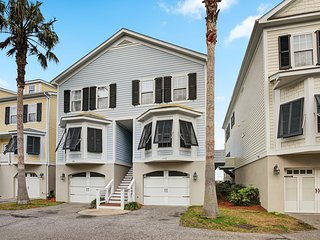 Townhouse w/marsh & river views–access to a community crabbing dock & pool