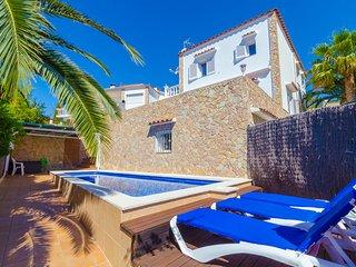 Lloret de Mar Villa Sleeps 8 with Pool Air Con and Free WiFi - 5570191