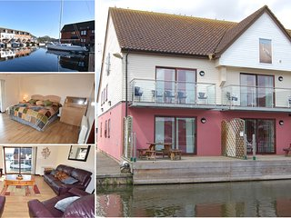 Swift Cottage Horning - Luxury 4 bedroom waterside accommodation