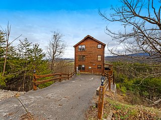 Stunning, family-friendly log cabin w/ amazing mountain views & private hot tub