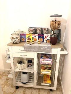 particolare cucina con alcuni prodotti per la colazione