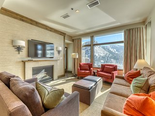 Resort condo w/fireplace, shared hot tubs & pool, onsite dining & epic views!