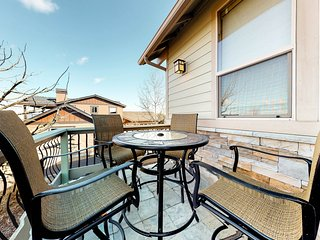 Gorgeous home w, amazing mountain views, private hot tub & shared pool!