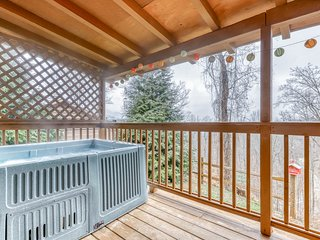Gorgeous home w/ mountain views, hot tub, close to attractions!