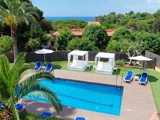 Lloret de Mar Villa Sleeps 10 with Pool Air Con and Free WiFi - 5509435