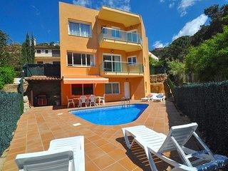Lloret de Mar Villa Sleeps 11 with Pool and Free WiFi - 5509364