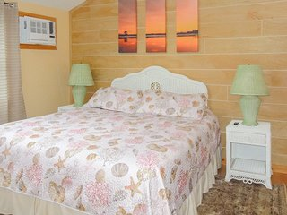 Studio cottage w/ community hot tub & pool - dogs welcome, close to beach & golf