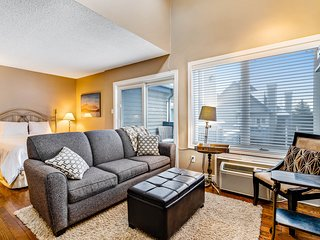 Bright, lofty condo w/ 2 decks & shared pool, hot tub, tennis - walk to lift!