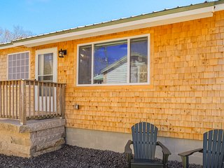 Quaint cottage w/ jetted tub, shared pool & hot tub - walk to the beach!