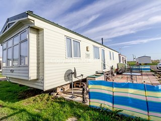 3 bed, 6 berth static caravan in Essex on a great holiday park ref 28066FV
