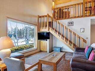 Cozy condo w/lake view, hot tub, entertainment & lake access