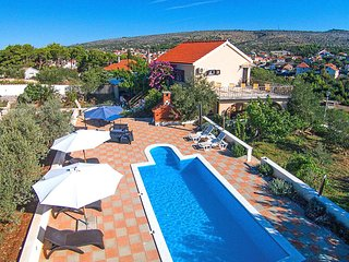 Milna Holiday Home Sleeps 11 with Pool Air Con and WiFi - 5464661