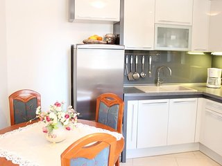 Bol Apartment Sleeps 3 with Air Con - 5491012