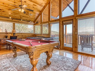 Luxury cabin with private hot tub, community pool, and amazing mountain views!