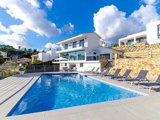 Lloret de Mar Villa Sleeps 9 with Pool Air Con and Free WiFi - 5509293