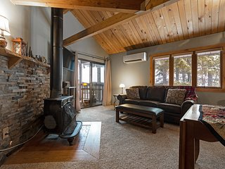 Beautiful Ptarmigan condo just remodeled - Pool, hot tub and Whitefish Lake acce