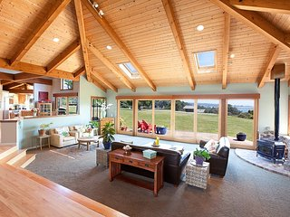 Stunning home on the bluffs w/ ocean views, redwood decks, hot tub & sauna!