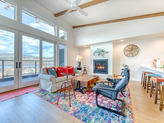 Luxury townhome w/ river and mountain views, full kitchen, close to the Gorge!
