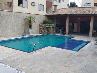 Casa com Piscina, 4 Suítes, Churrasqueira, 6 Vagas, Praia da Enseada. 400m