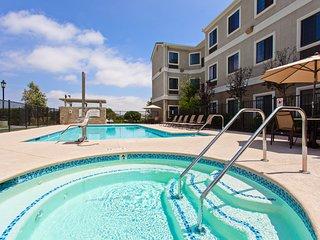 Free Breakfast. Outdoor Pool & Hot Tub. 30 Min to Disney!