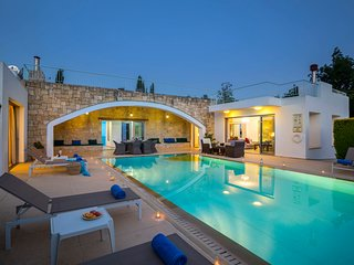 Giolou Villa Sleeps 6 with Pool Air Con and WiFi - 5585486