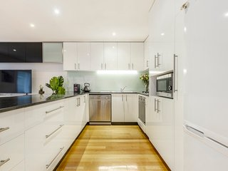 Tranquil Townhouse in Port Melbourne with Terrace & Garage